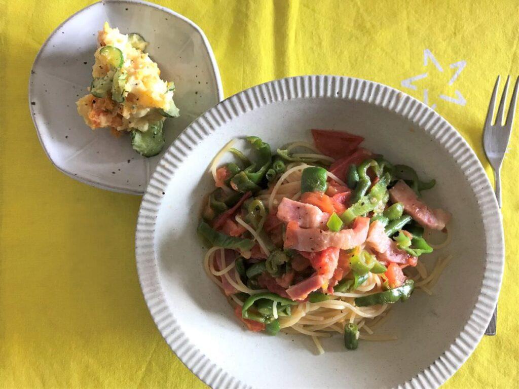 写真:もらい物野菜のパスタとポテトサラダ