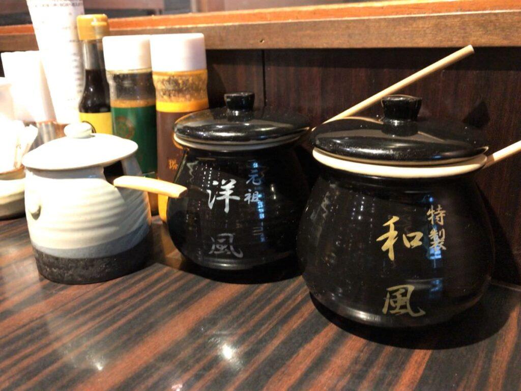 写真:熊本 勝烈亭 洋風ソースと和風ソース他、調味料がいろいろあります