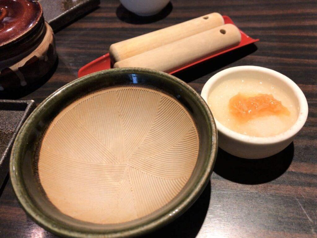 写真:熊本 勝烈亭 すり鉢と小鉢と漬物