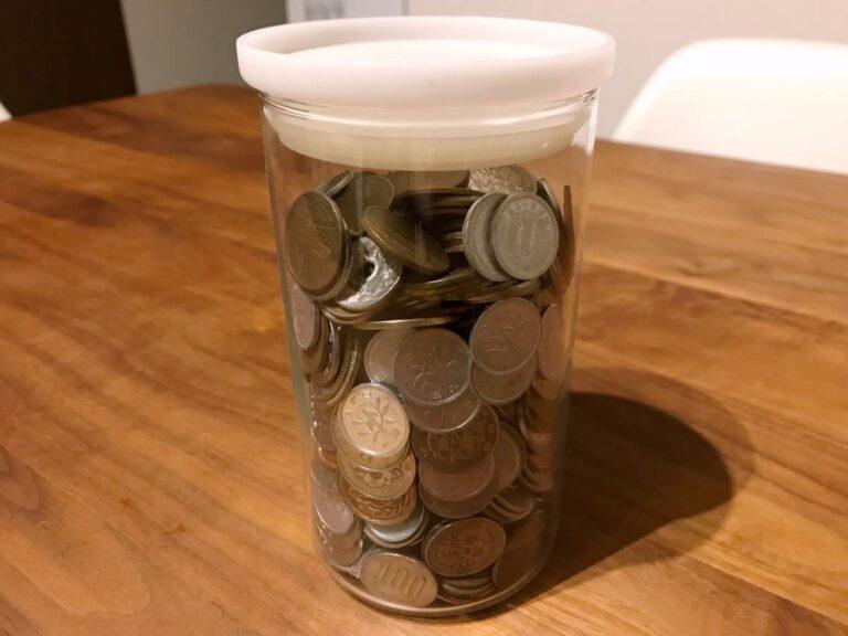 写真:小銭の詰まった瓶があります