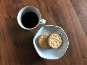 写真:業務スーパー サンドイッチビスケット(ストロベリー)MEGACHOKをコーヒーと一緒におやつにします