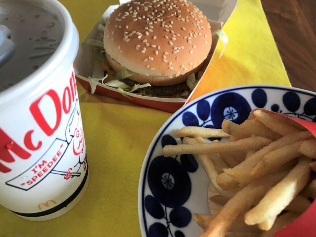 写真:マクドナルドをテイクアウト