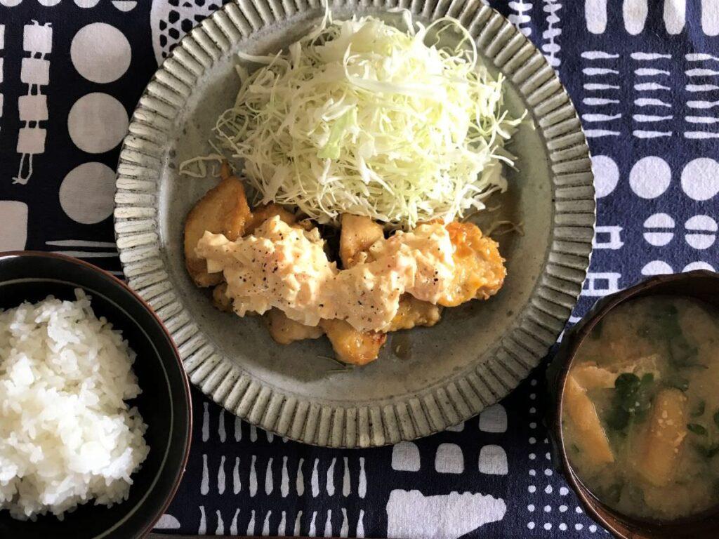 写真:ごはん・味噌汁つきチキン南蛮定食です